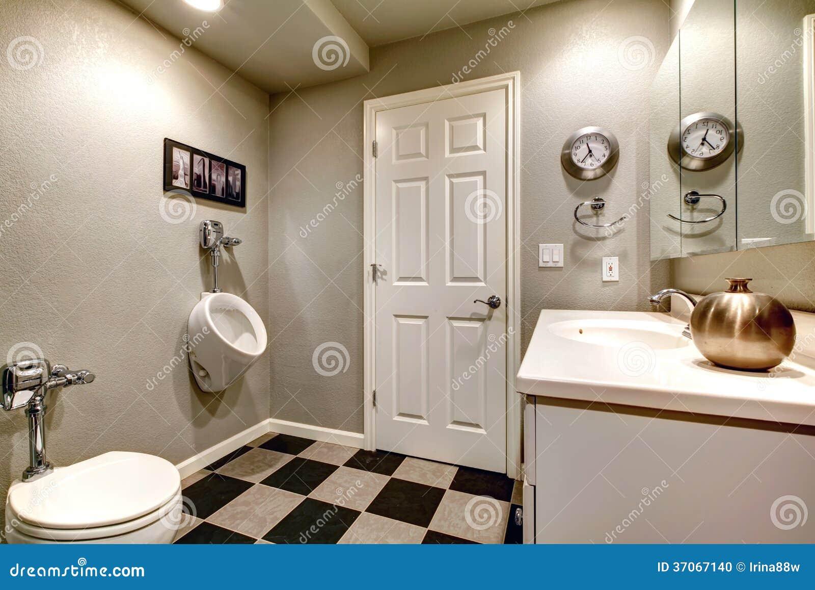 Salle de bains blanche avec la toilette et l 39 urinoir photo - Salle de bain blanche et beige ...