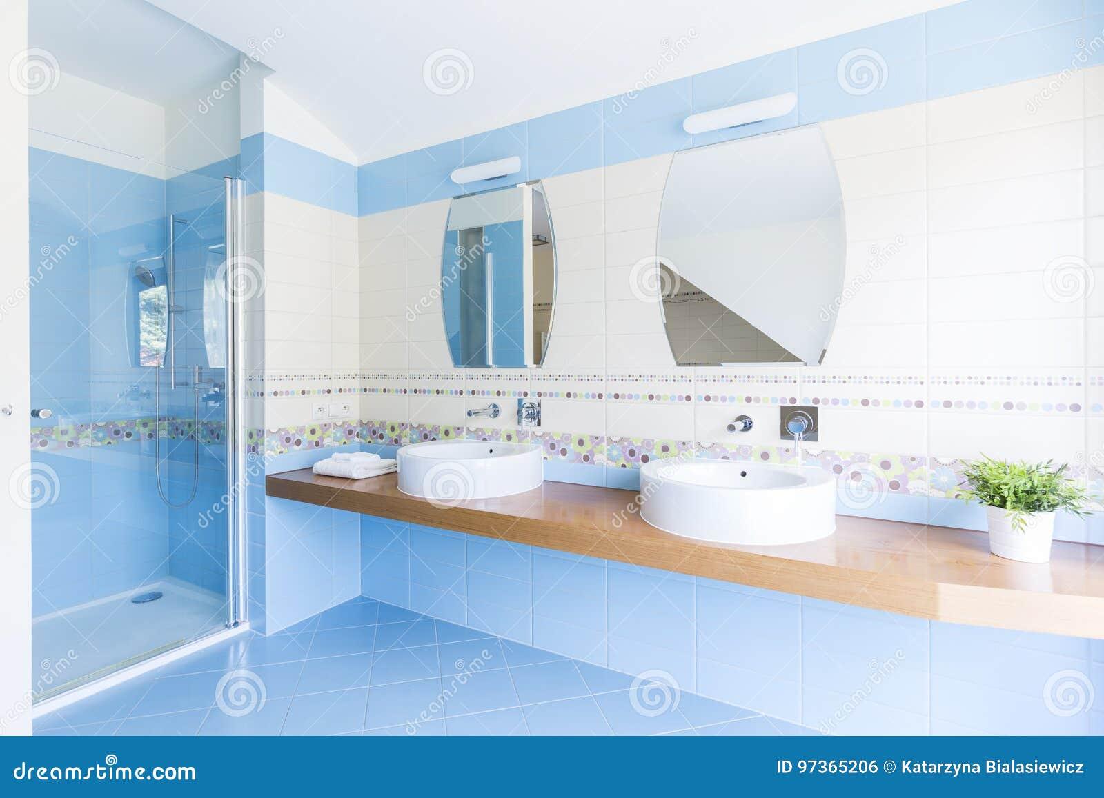 Salle De Bains Blanche Et Bleue Photo stock - Image du ...