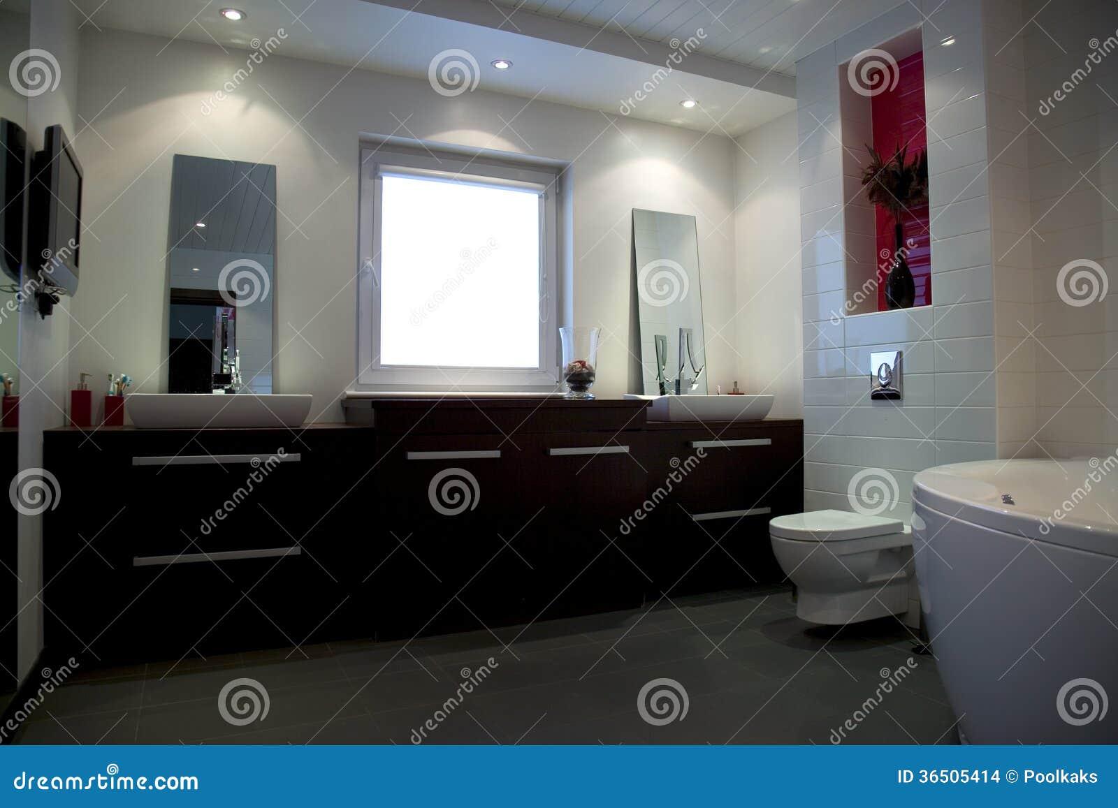 Salle de bains blanche moderne avec les meubles bruns images stock ...