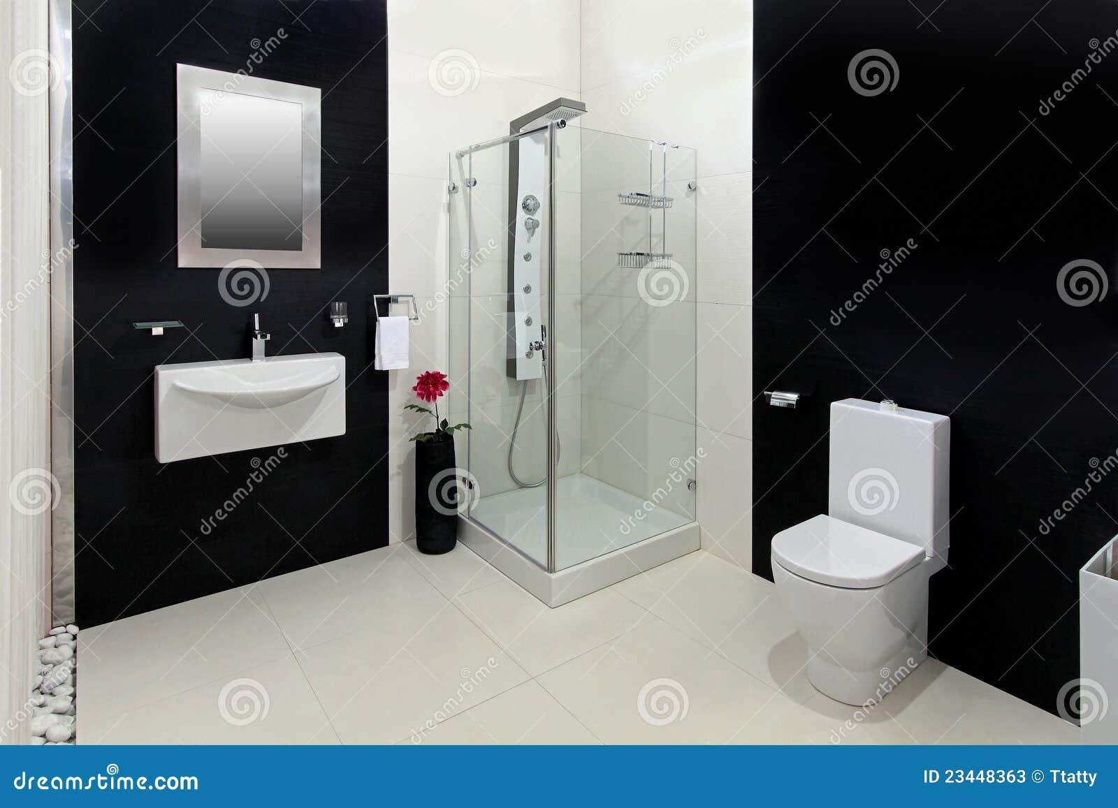 Salle de bains moderne avec les tuiles noires et blanches.