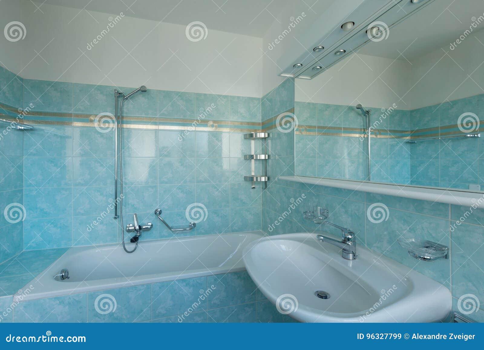Salle De Bains De Bleu De Vintage Image stock - Image du maison ...