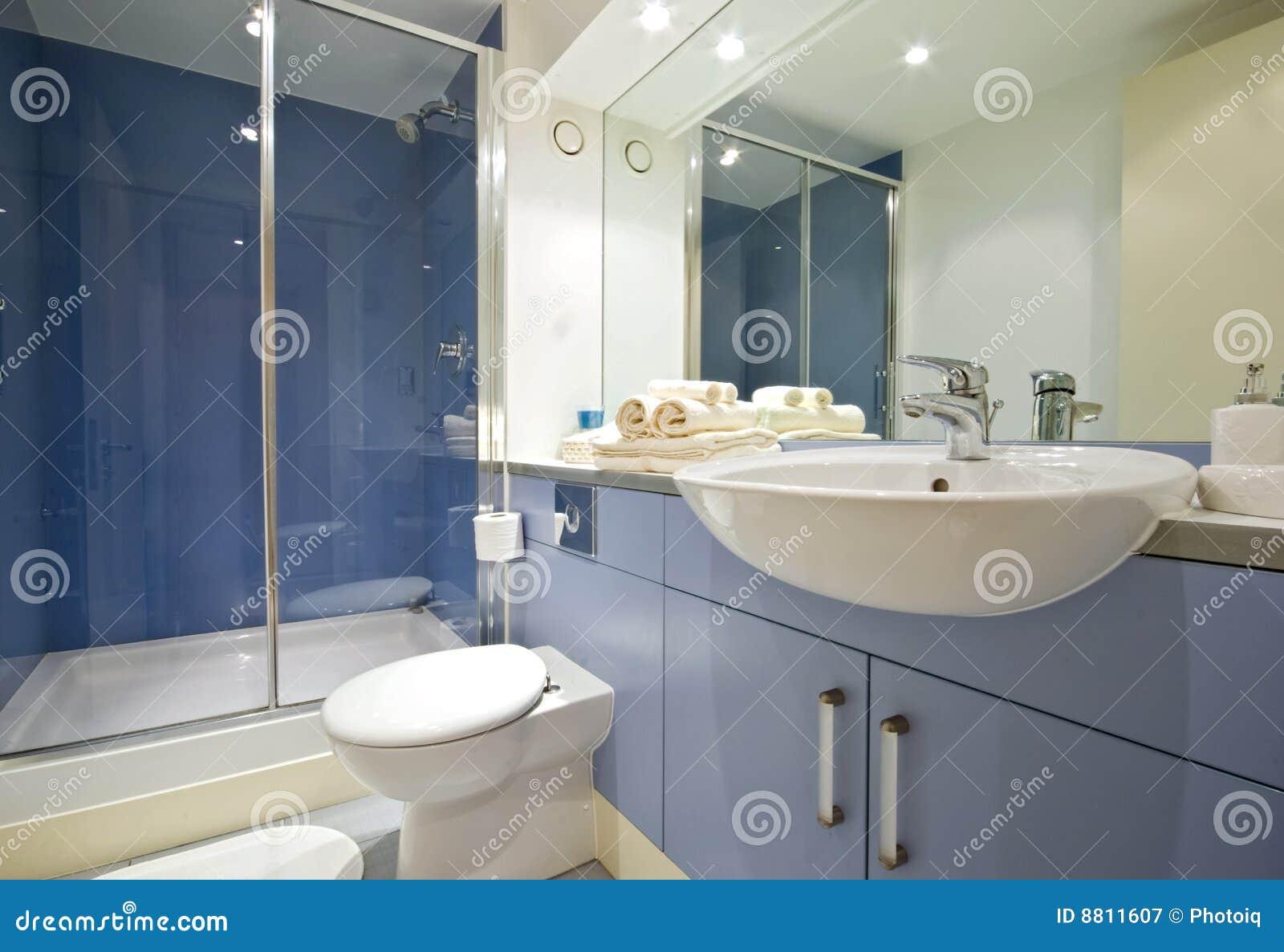 Salle de bains bleue photographie stock libre de droits for Salle de bain bleue