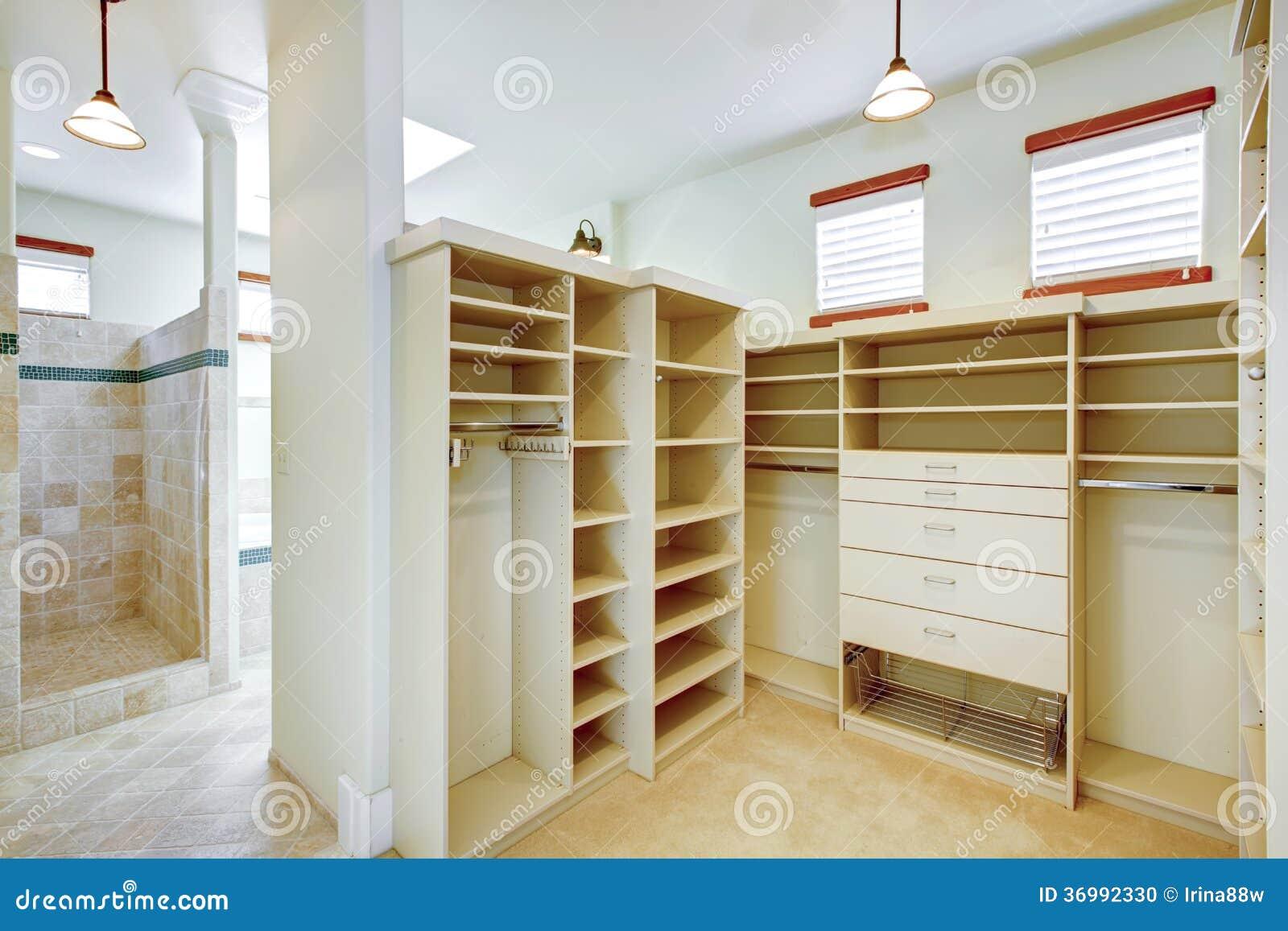 Salle de bains chaude lumineuse combin e avec la penderie photo stock image - Salle de bain lumineuse ...