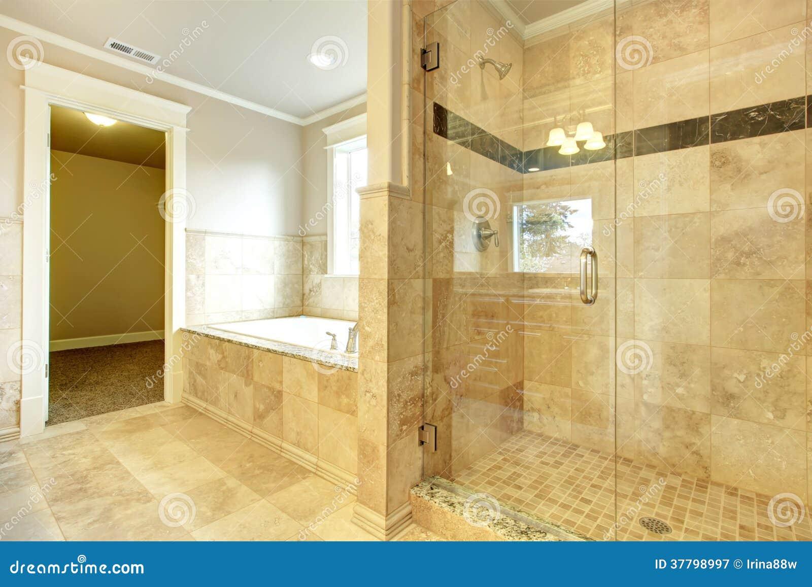 Bain Avec Porte Et Douche : Salle de bains confortable avec la douche porte