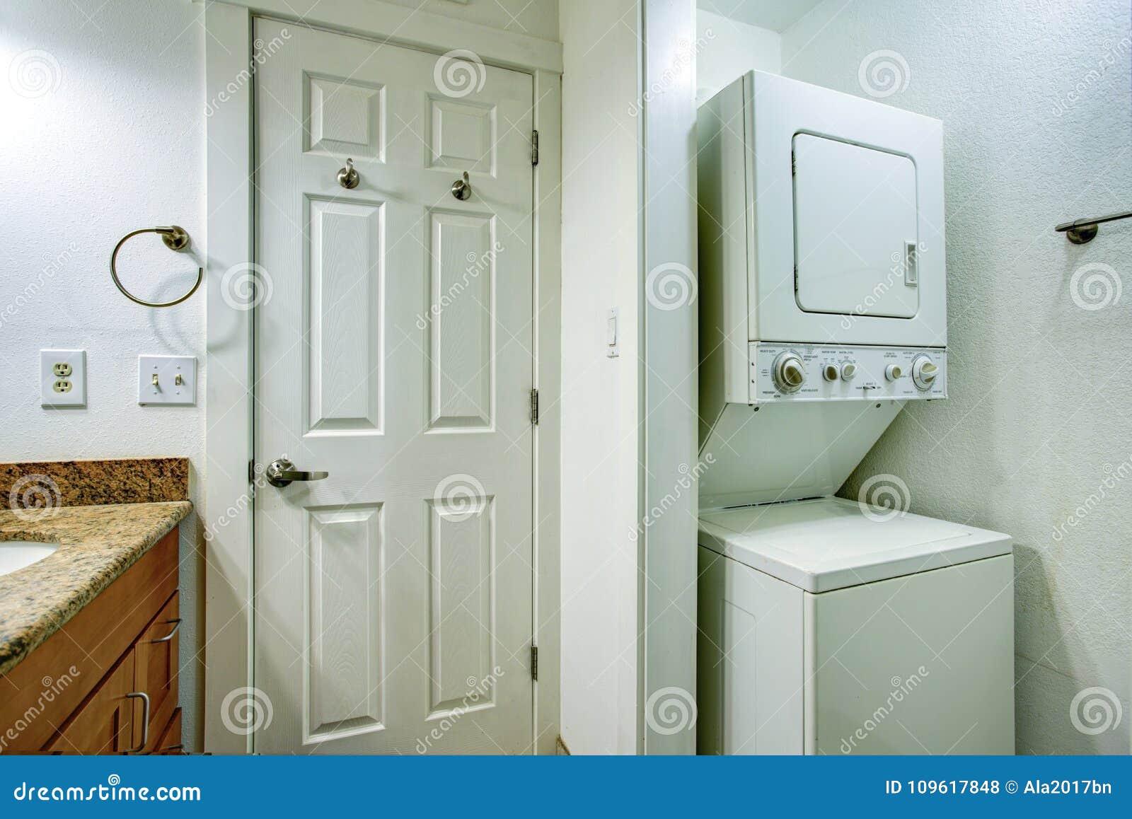 Salle de bains d amusement avec la vanité de salle de bains et le joint et le dessiccateur empilés