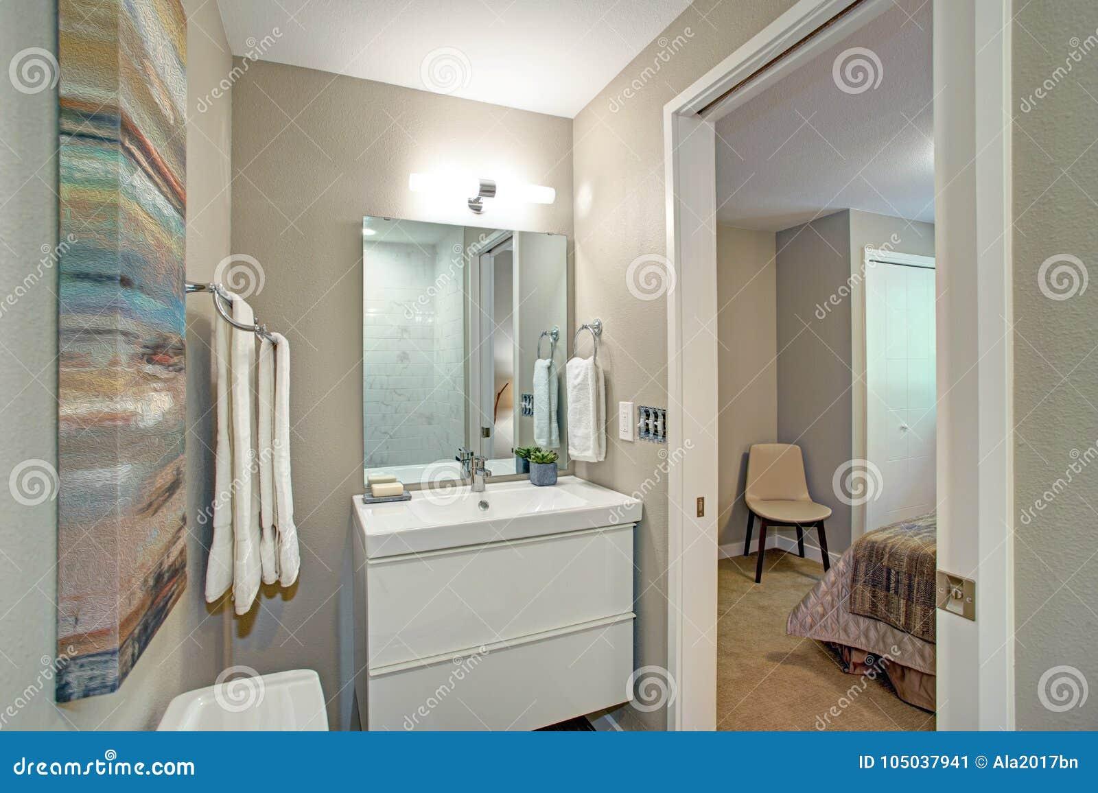 Salle de bains d Ensuite avec la vanité de salle de bains et une toilette