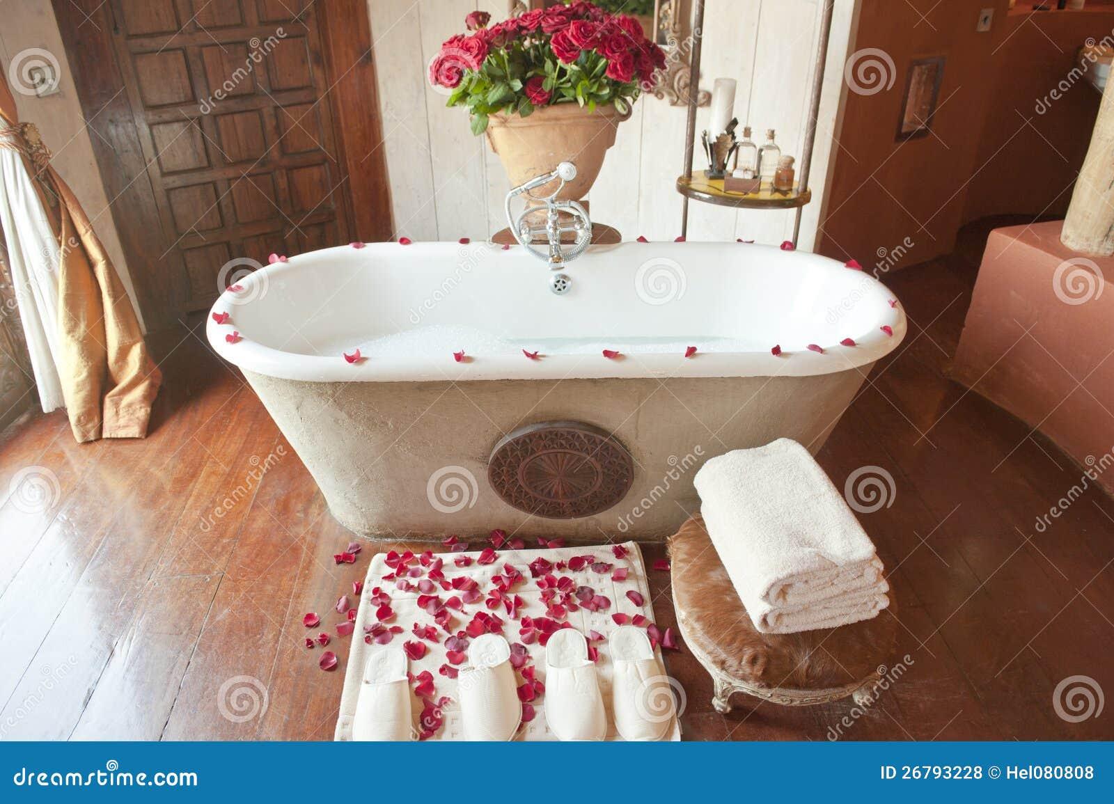 Salle de bains d 39 h tel de luxe avec les roses rouges photo for Salle de bain hotel de luxe