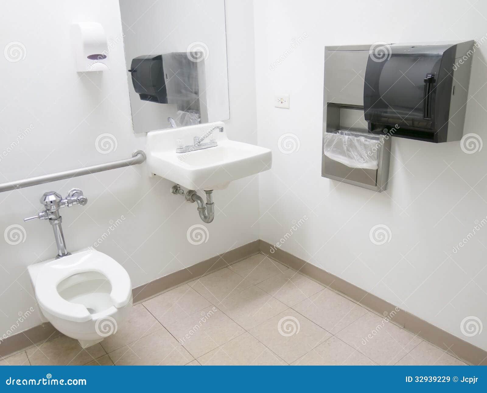Salle de bains d 39 h pital image stock image du sant for Distributeur savon salle de bain