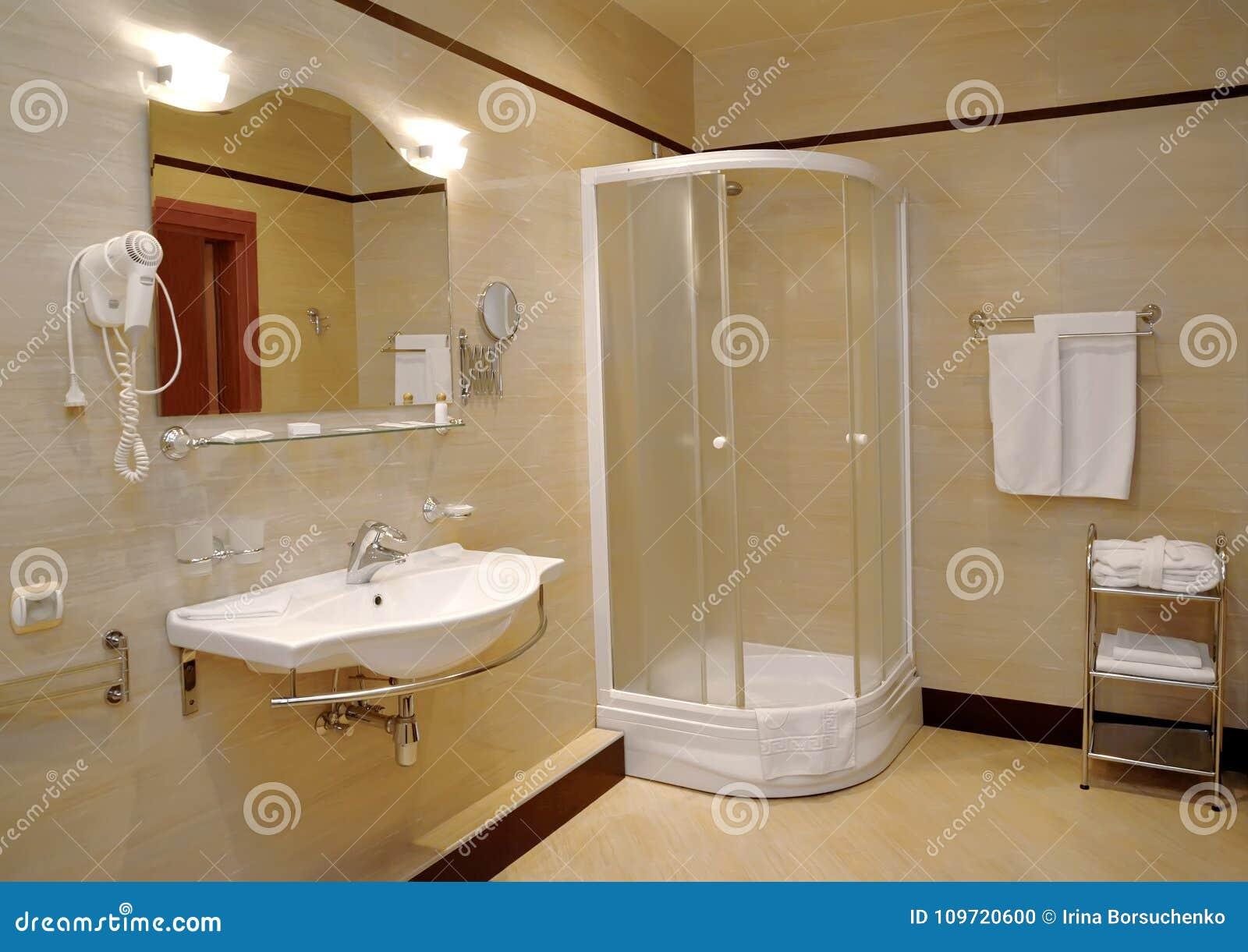 Cabine Salle De Bain Complete salle de bains dans des tons légers avec une cabine de