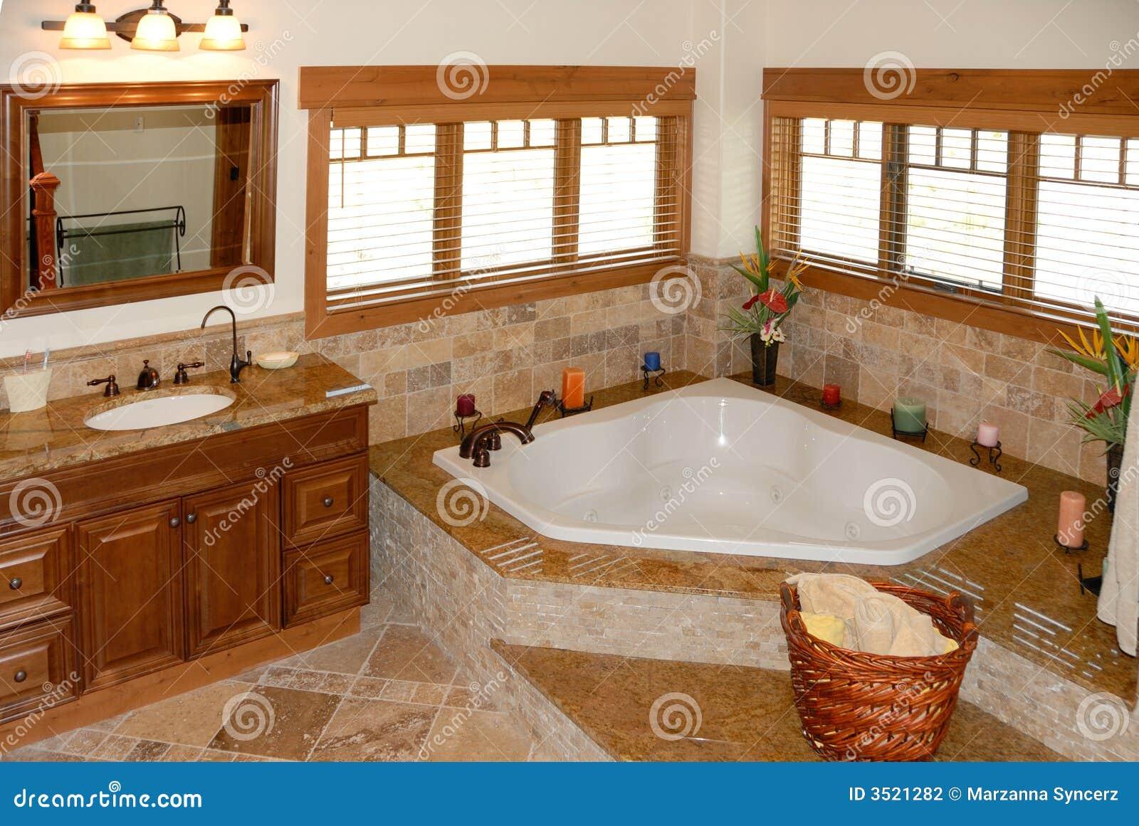 Salle de bains dans la maison moderne