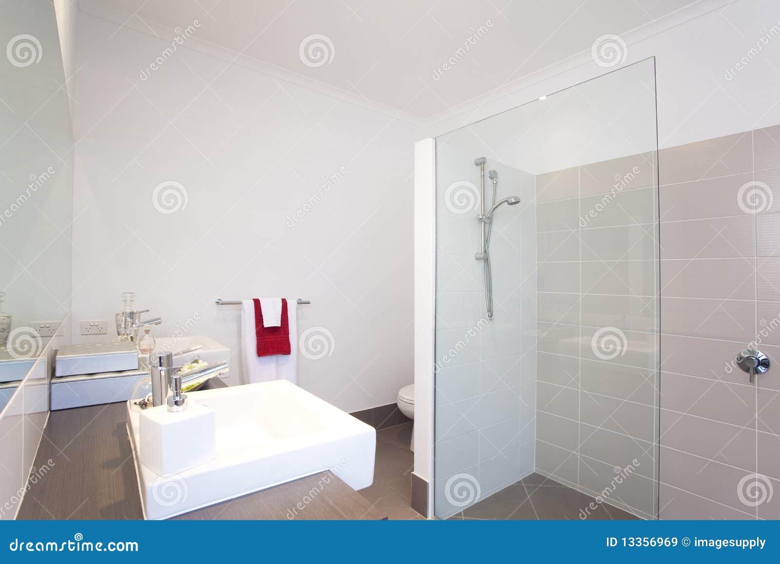 Salle de bains dans la maison urbaine moderne image stock for Prise dans la salle de bain