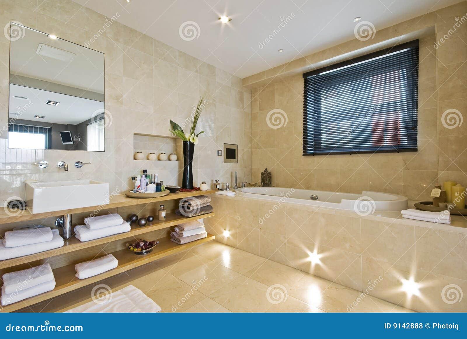 Salle de bains de luxe avec du marbre brun clair photos for Salle de bain orientale luxe