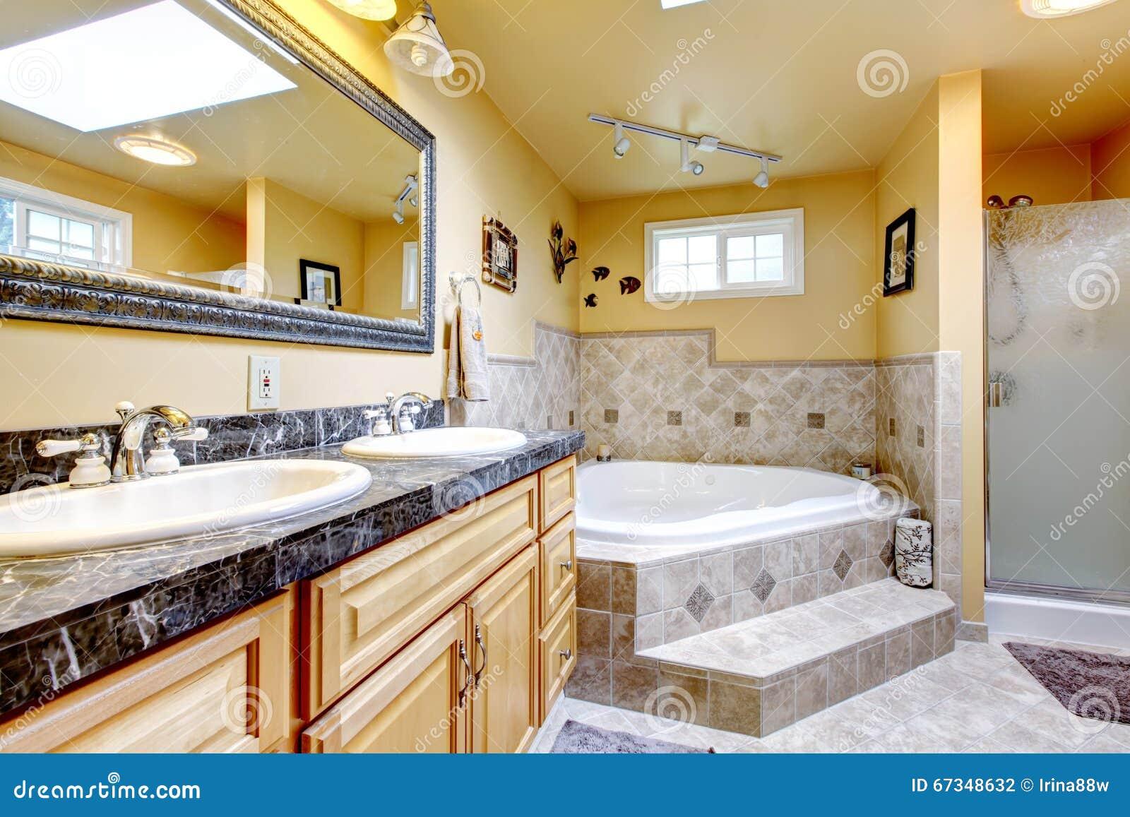 salle de bains de luxe avec la baignoire de style de jacuzzi le plancher en pierre et le bl. Black Bedroom Furniture Sets. Home Design Ideas