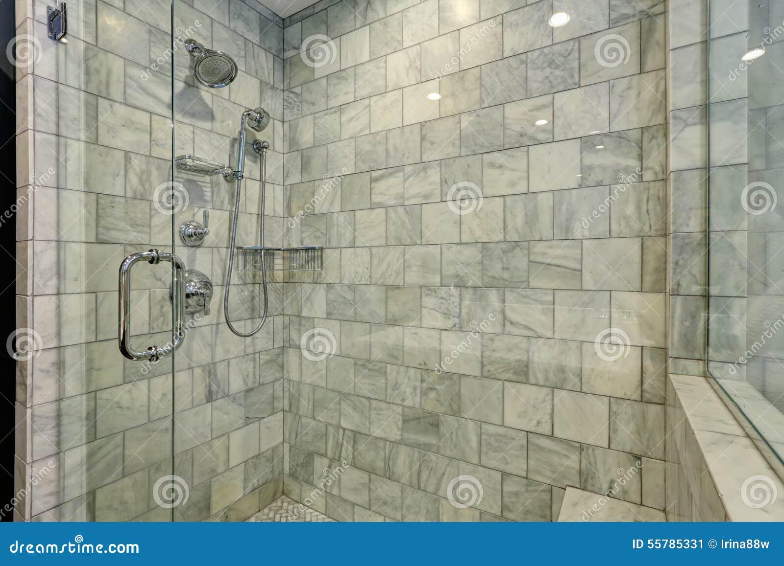 salle de bains de luxe avec la douche blanche et grise de. Black Bedroom Furniture Sets. Home Design Ideas