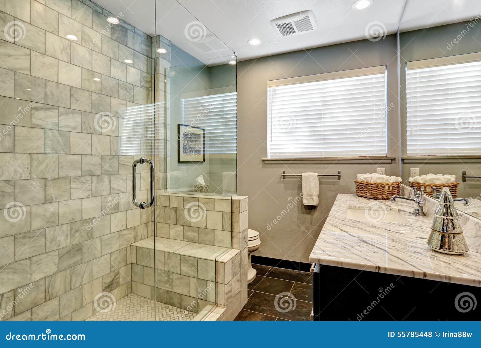 Salle de bains de luxe avec la douche blanche et grise de marbre ...