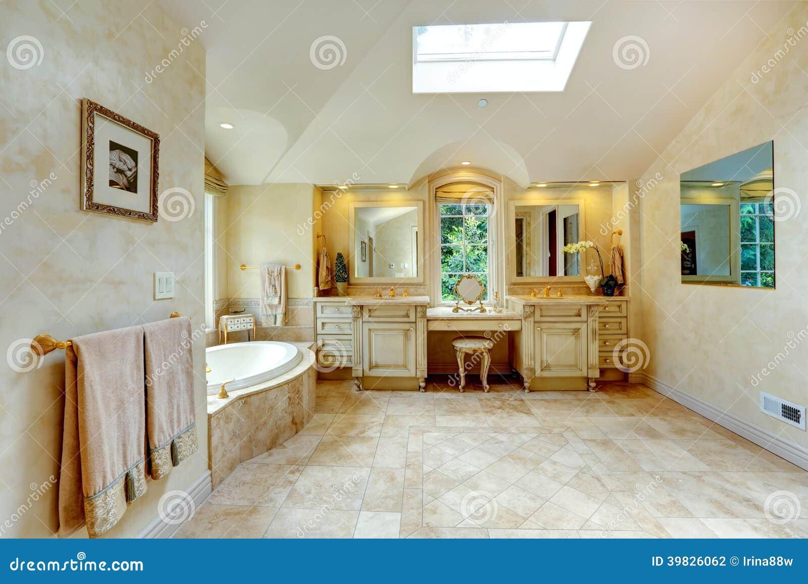 Salle de bains de luxe avec la vanit antique et les for Salle de bain avec velux