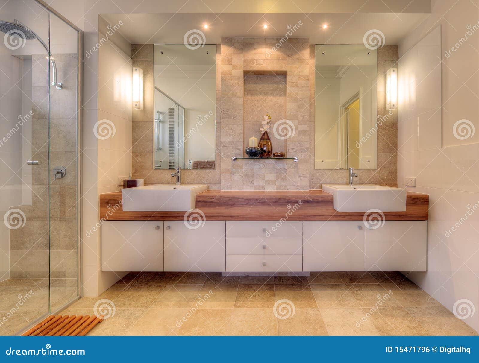 Salle de bains de luxe dans la maison moderne image libre for Salle de bain orientale luxe