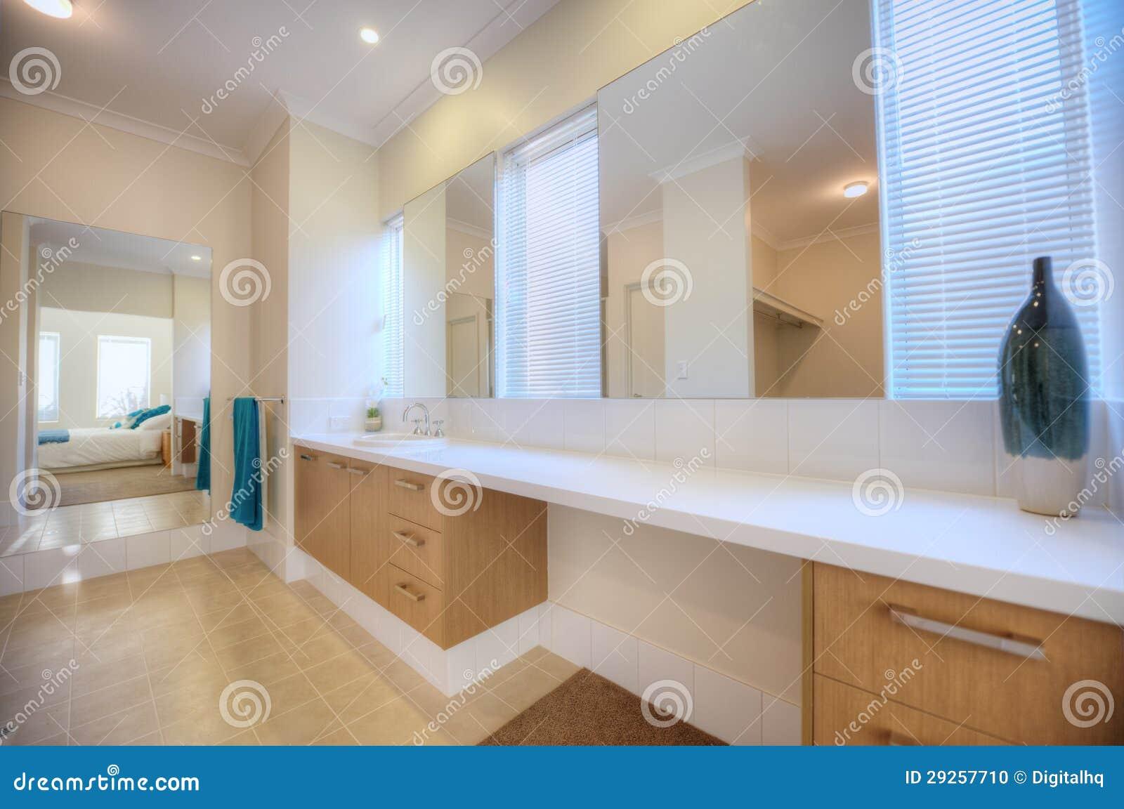 Salle De Bains De Luxe Dans La Maison Moderne Photo stock - Image du ...