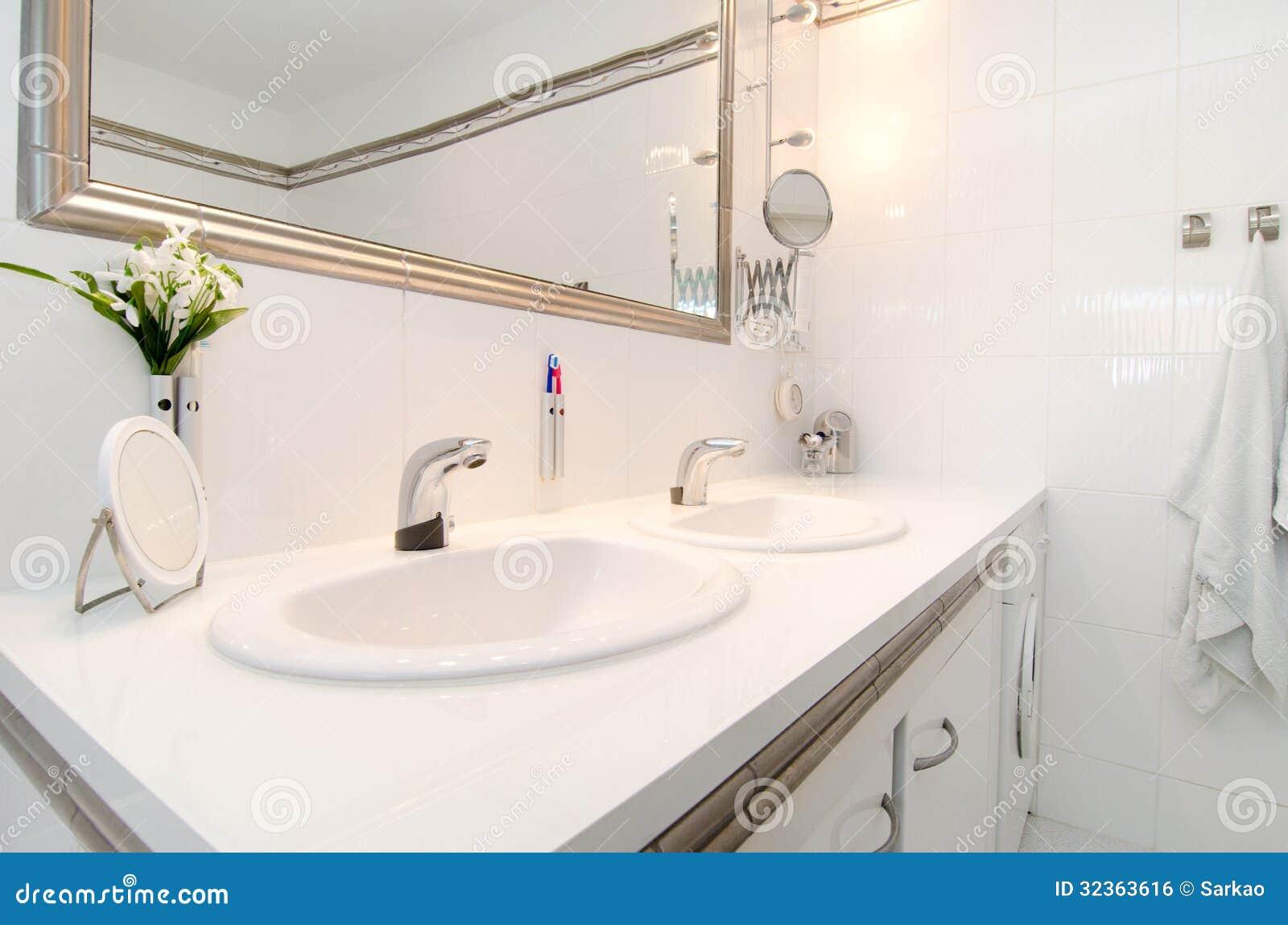 Salle de bains de luxe moderne image libre de droits Salle de bain de luxe moderne