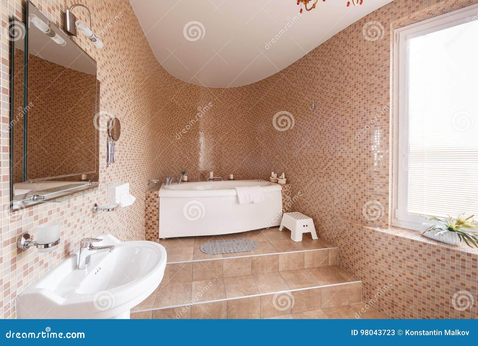Salle de bains de luxe moderne avec la baignoire et la fenêtre Conception intérieure