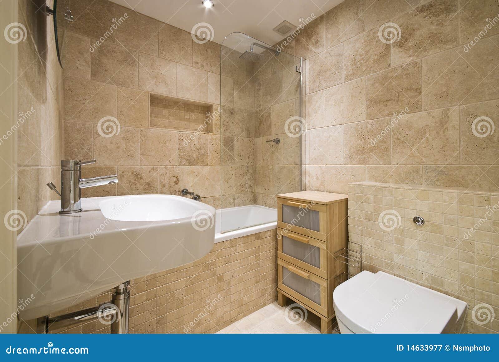 Droits: salle de bains de luxe moderne avec les murs lapidés normaux