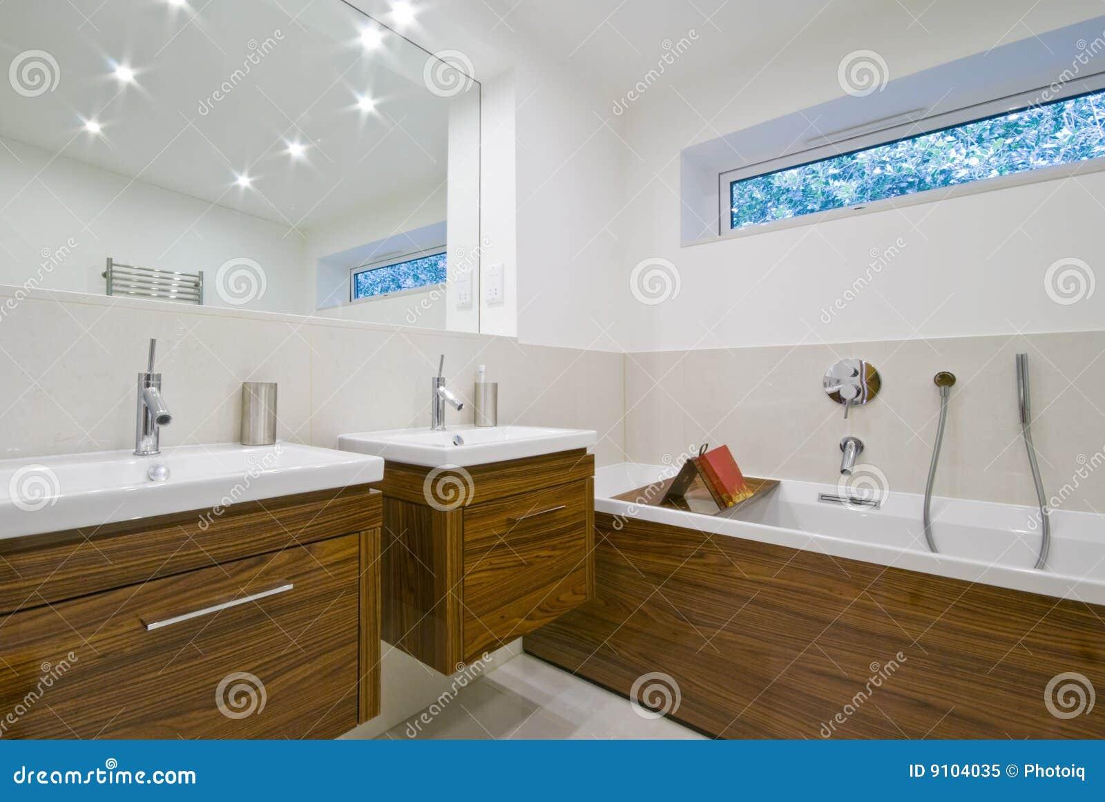 Salle de bains de taille de la famille photo libre de for Taille salle de bain