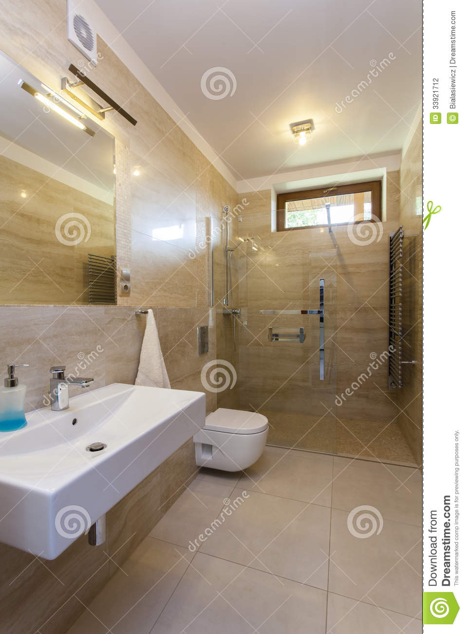Salle de bains de travertin photo stock image du miroir for Salle de bain en travertin