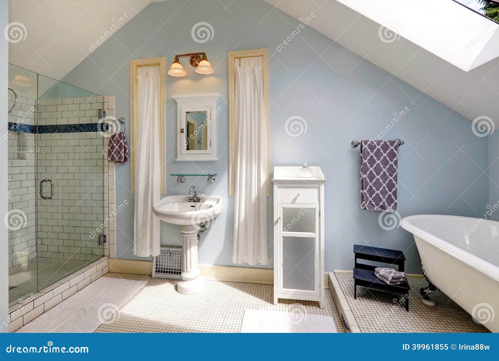salle de bains de velux avec la baignoire antique photo