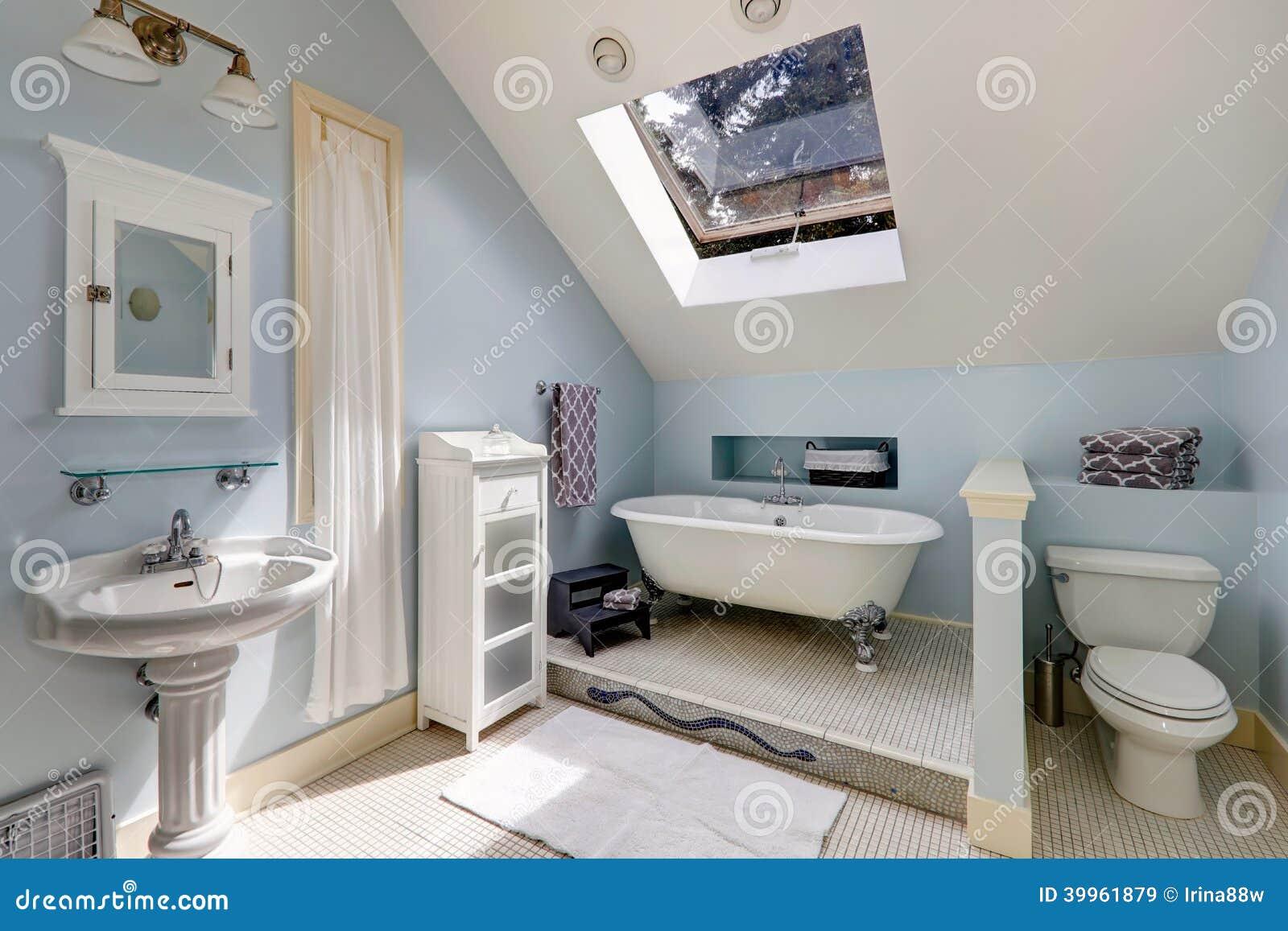 salle de bains de velux avec la baignoire antique image stock image du tage neuf 39961879. Black Bedroom Furniture Sets. Home Design Ideas