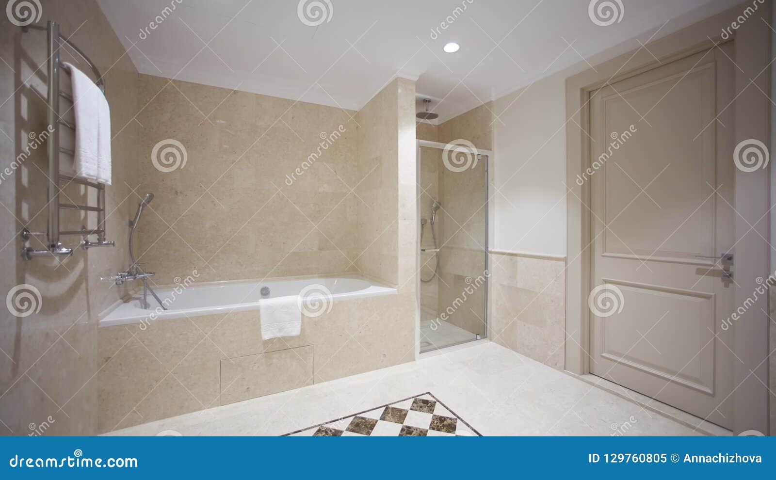 Salle De Bains Gentille Dans Un Style Moderne Avec Les Murs ...