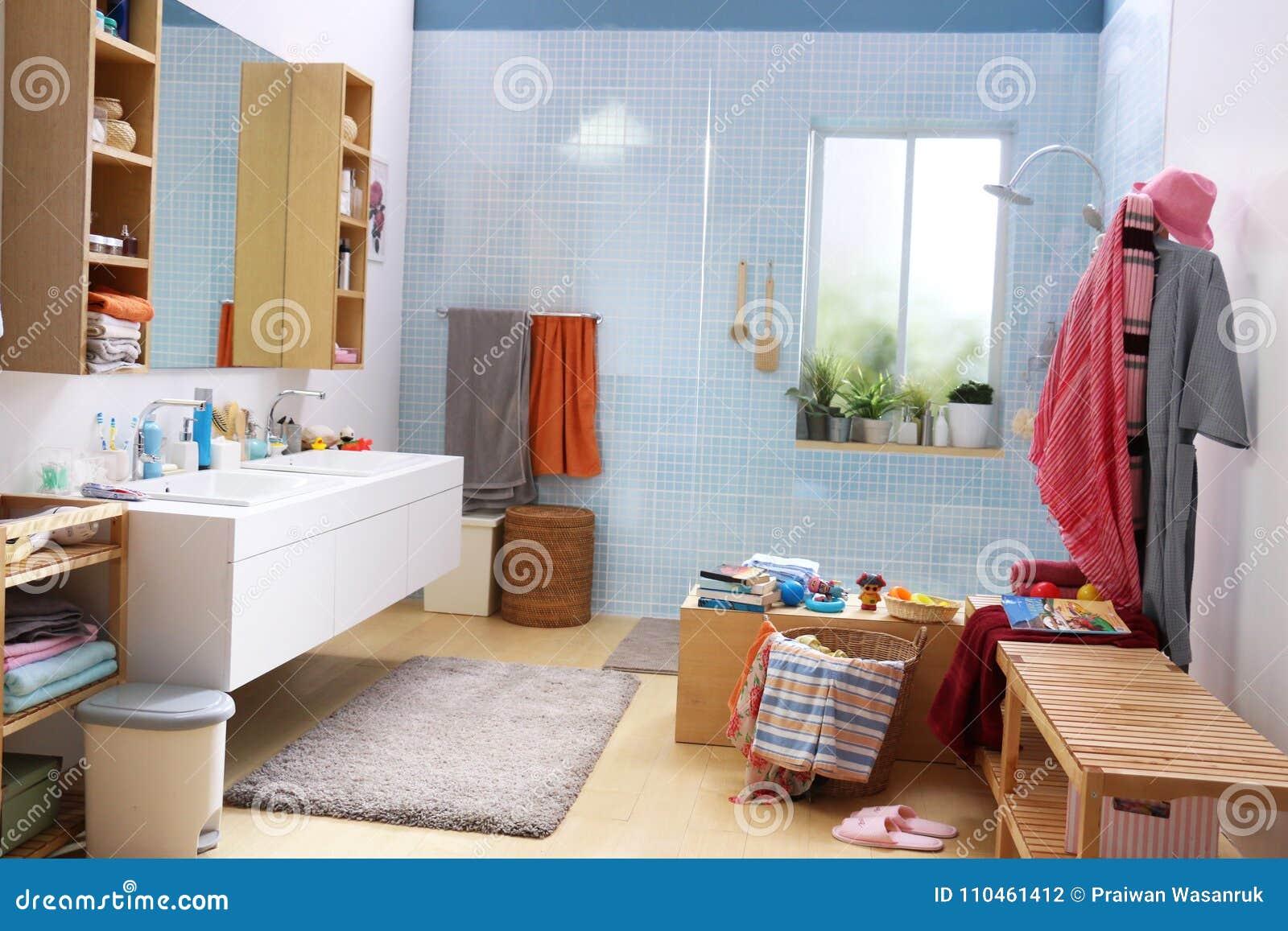 Salle De Bain Famille salle de bains heureuse du ` s de famille photo stock