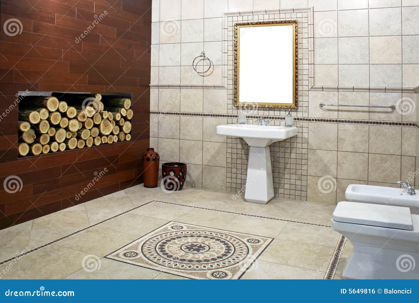 Salle de bains italienne de type avec la mosaïque et le bois de ...