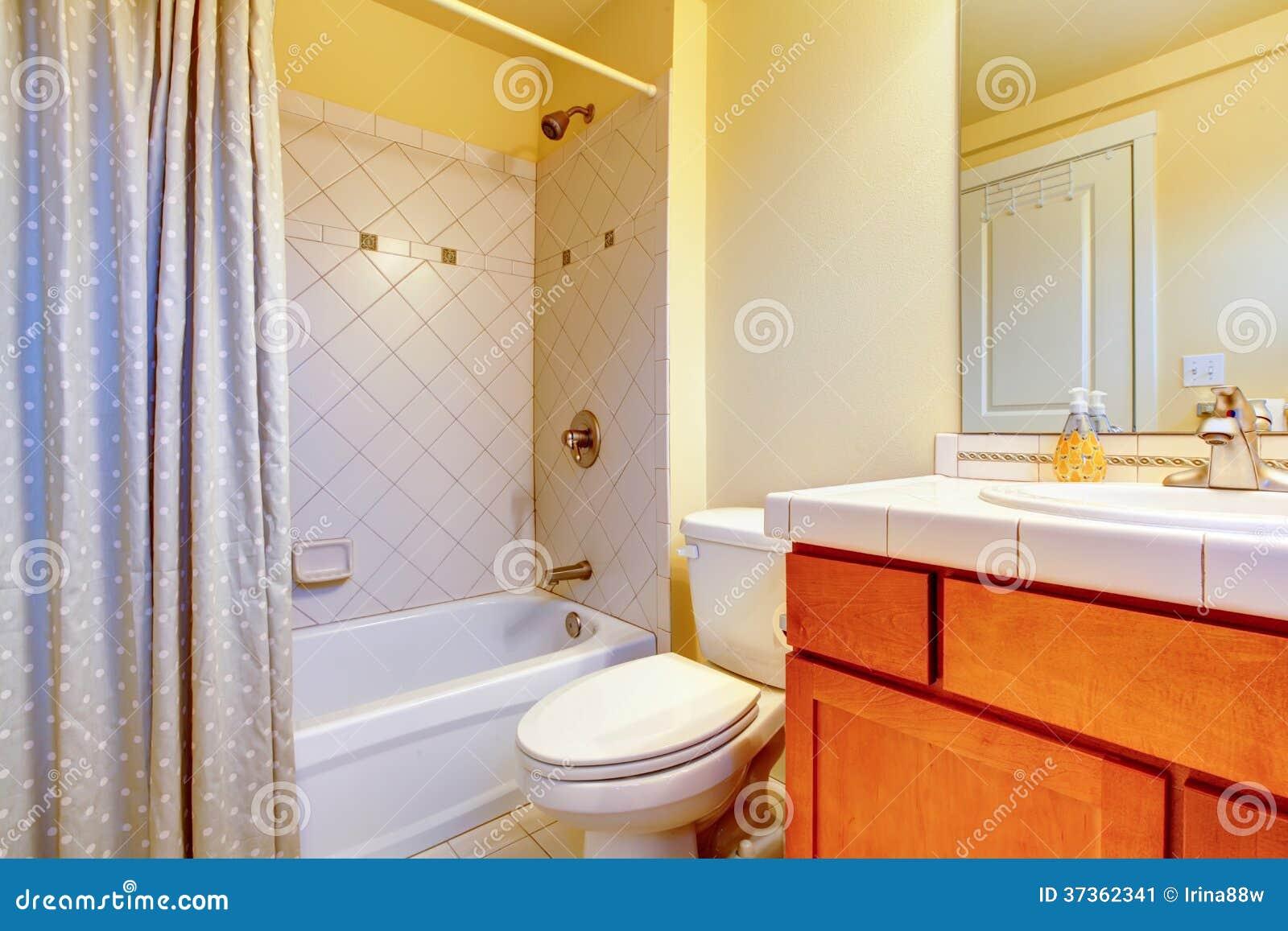 Salle De Bains Jaune-clair Confortable Image stock - Image du bassin ...