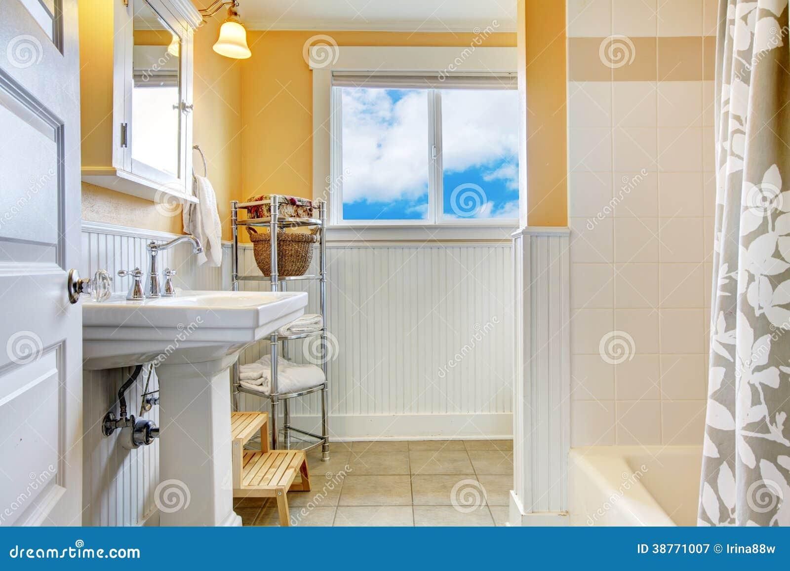 Salle De Bains Jaune Et Blanche Avec Une Fenêtre Image stock ...