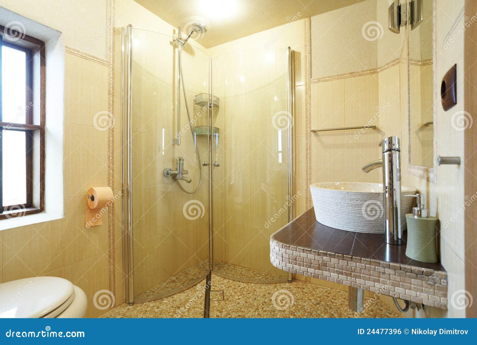 Salle de bains jaune moderne
