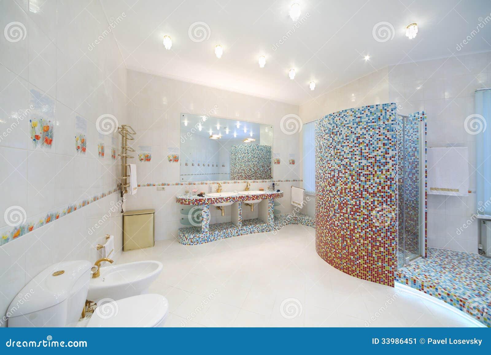 Salle de bains l g re et propre avec la toilette bidet for Mr propre salle de bain
