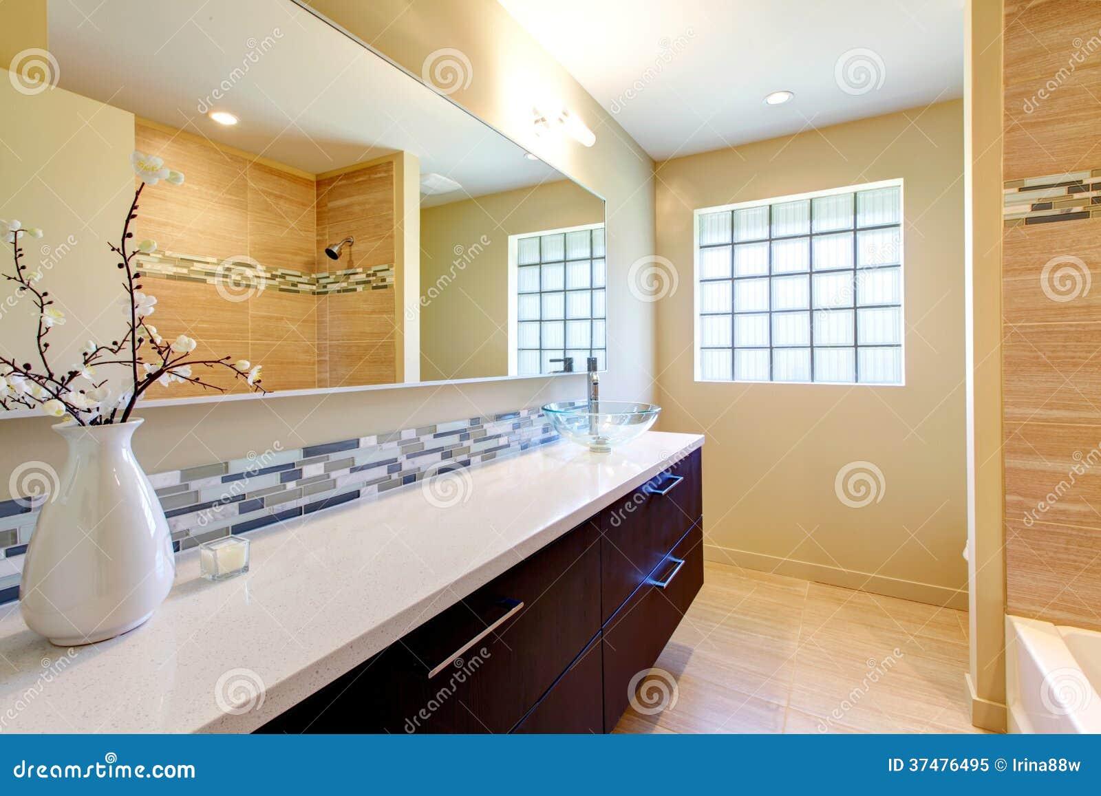 Salle De Bain Lumineuse Design ~ salle de bains lumineuse l gante image stock image du bathroom