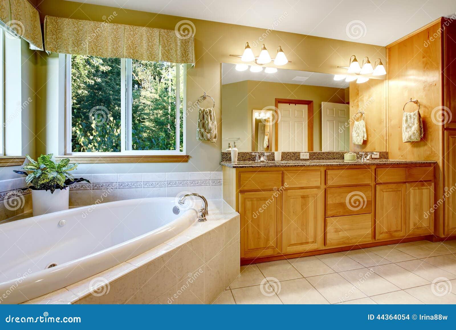 Salle de bain beige et gris for Baignoire lumineuse