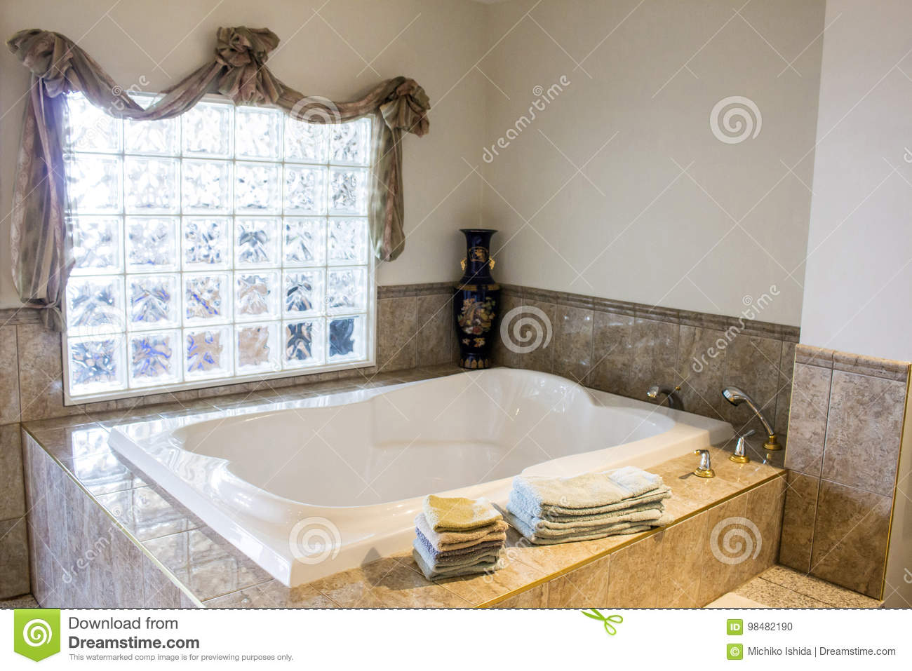salle de bains luxueuse de baignoire photo stock image du m tal propre 98482190. Black Bedroom Furniture Sets. Home Design Ideas