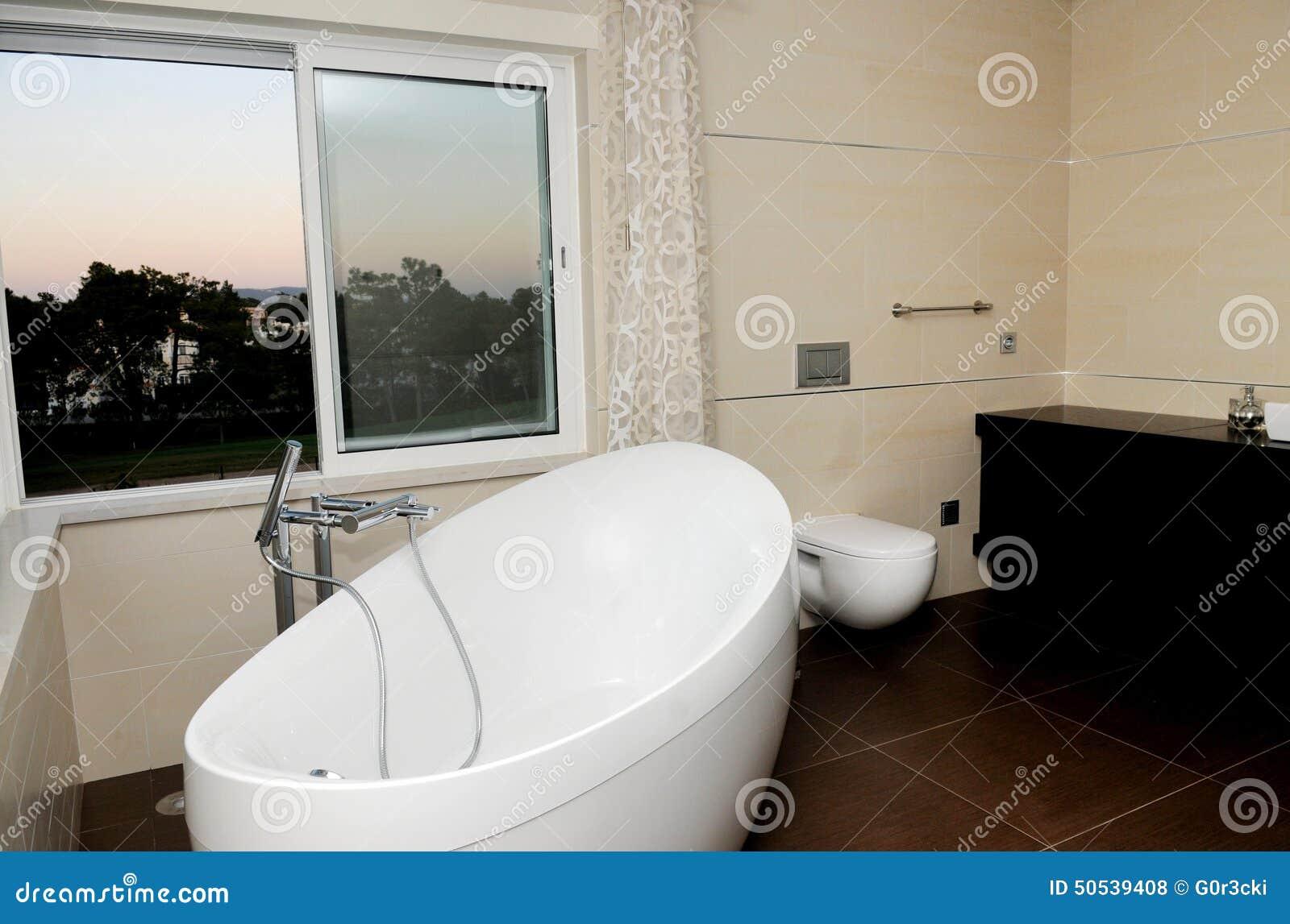 Salle de bains luxueuse et moderne baignoire blanche for Baignoire noire et blanche