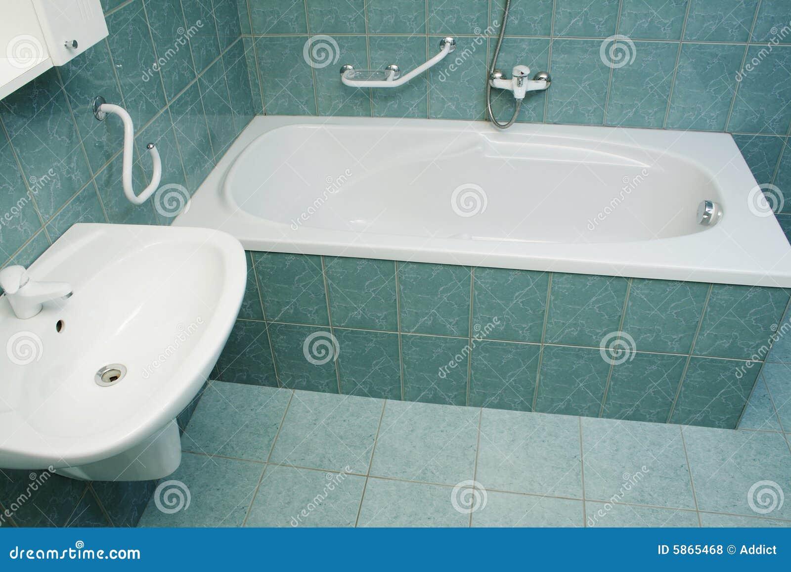 Salle de bains moderne avec la baignoire photos libres de droits ...