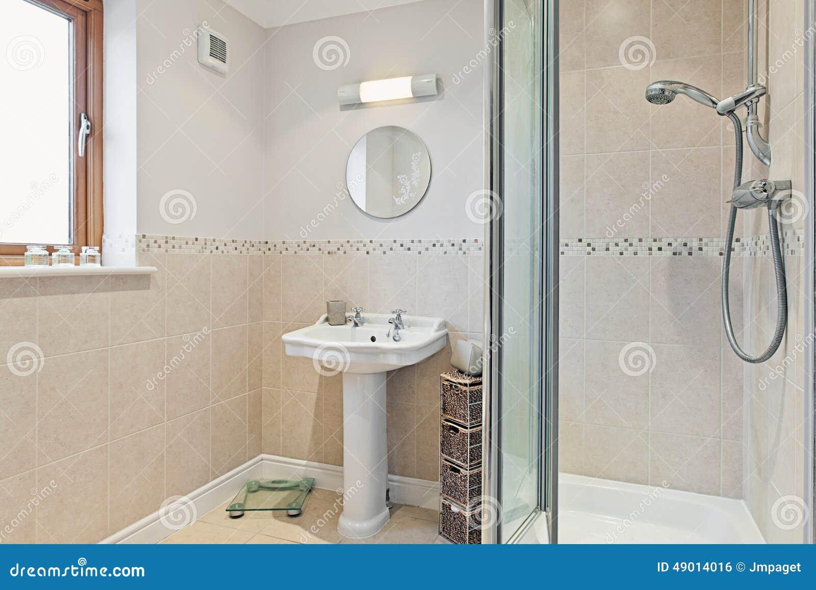 Salle de bains moderne avec la douche photo stock image for Salle de douche moderne