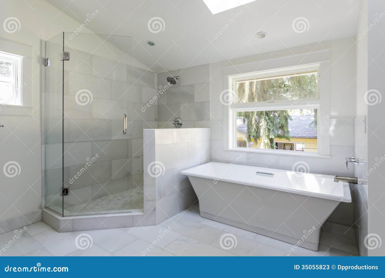 Salle de bains moderne avec la douche et la baignoire for Salle de bain moderne rouge