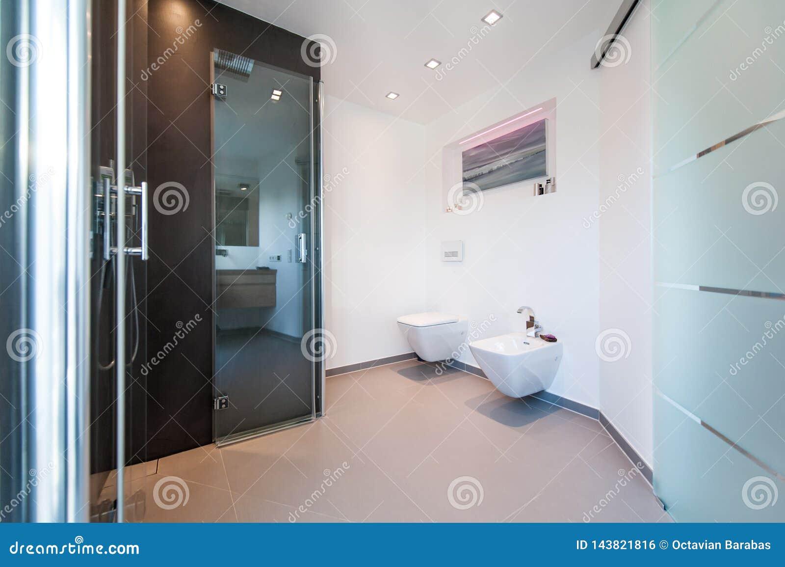 Salle de bains moderne avec les portes en verre
