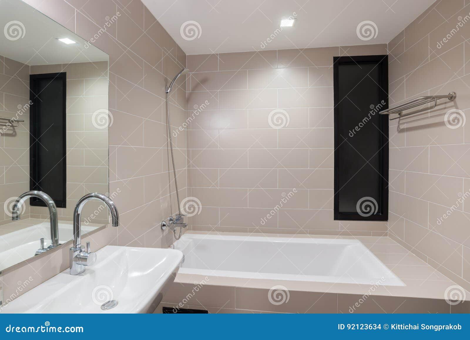 Salle De Bains Moderne Avec Une Douche Et Une Baignoire Photo stock ...