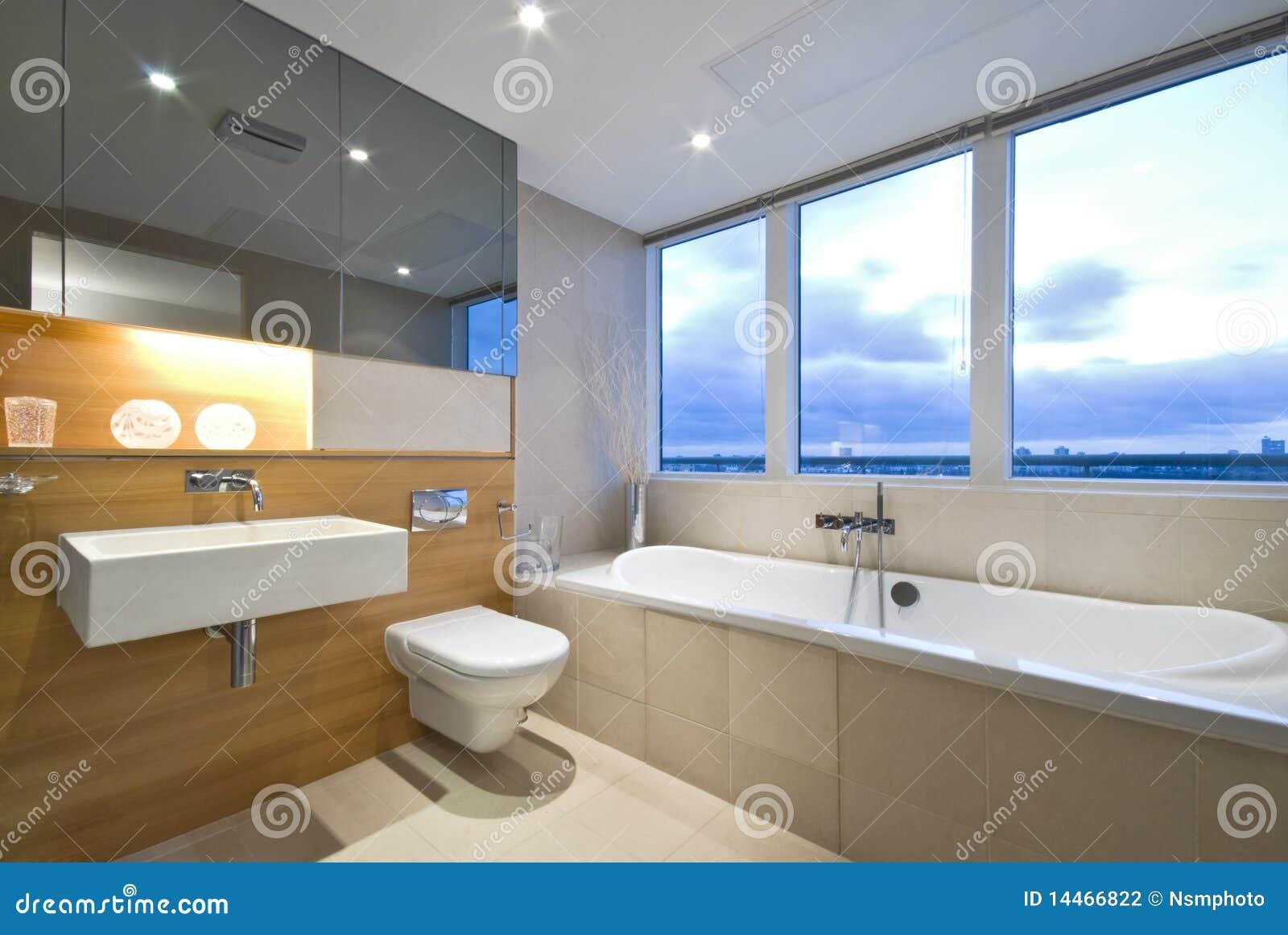 salle de bains moderne d 39 en suite avec le grand hublot photo stock image du bathroom. Black Bedroom Furniture Sets. Home Design Ideas