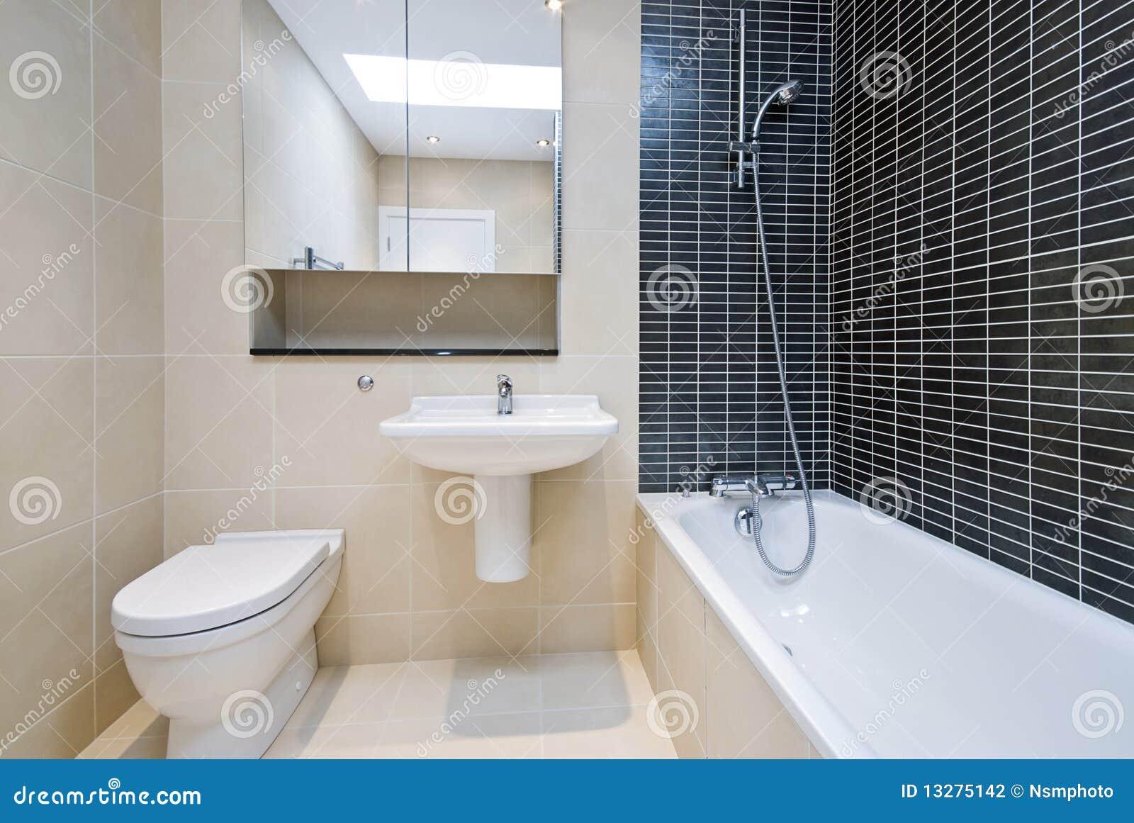 Salle de bains moderne d 39 en suite dans le beige avec les tuiles noires ph - Ecriteau salle de bain ...