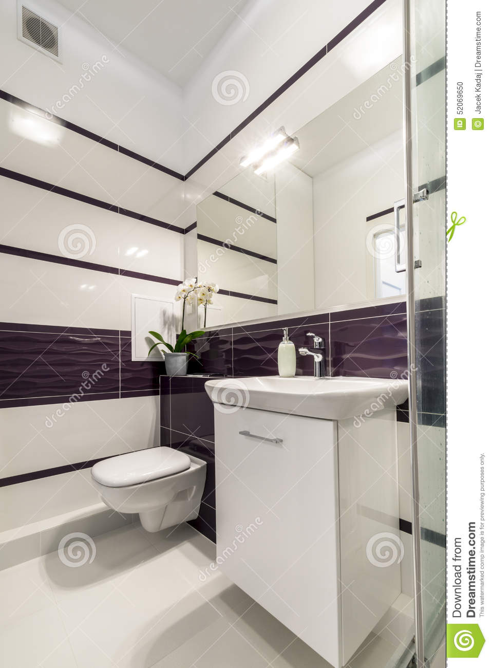 salle de bains moderne dans le style blanc et violet photo stock image du essuie toilette. Black Bedroom Furniture Sets. Home Design Ideas