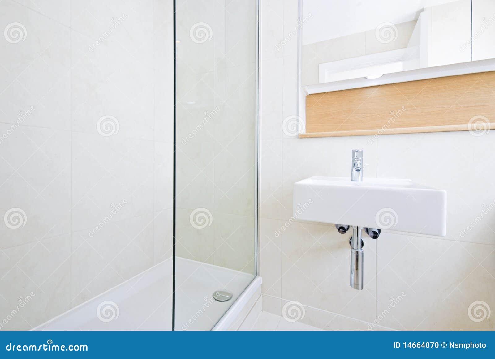 salle de bains moderne de suite d 39 en avec la grande douche photo stock image 14664070. Black Bedroom Furniture Sets. Home Design Ideas