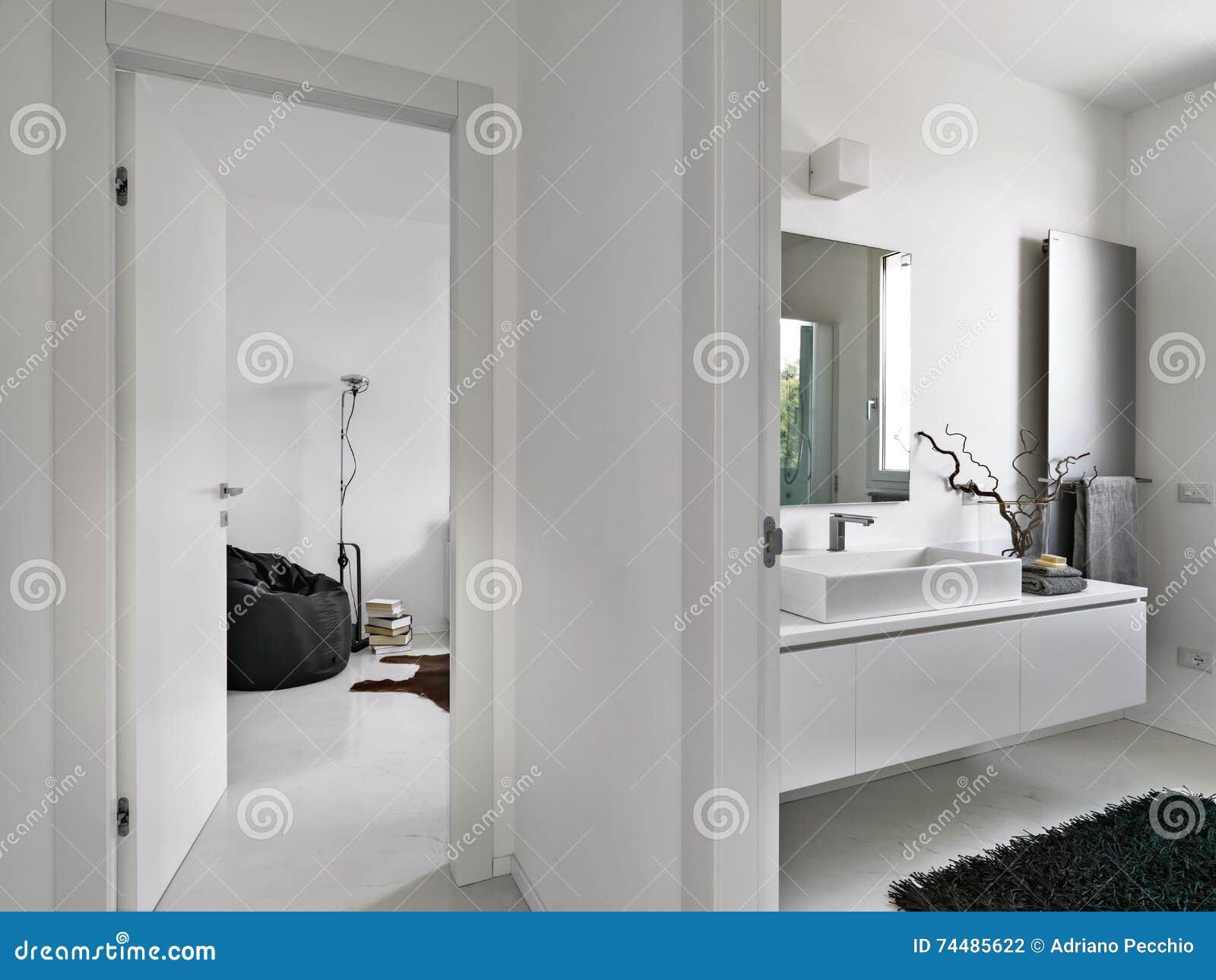 Salon De Bain Moderne salle de bains moderne donnant sur sur le salon photo stock